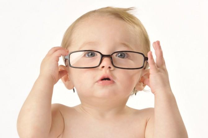A diferença entre usar óculos na infância e perto dos 30