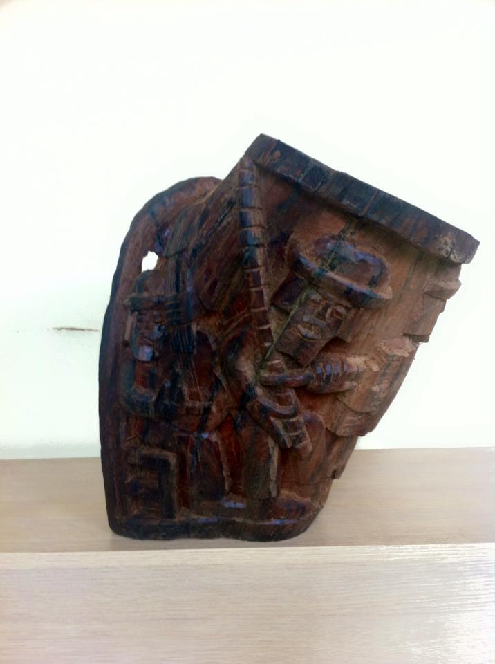 Peça de Mário Teles em madeira