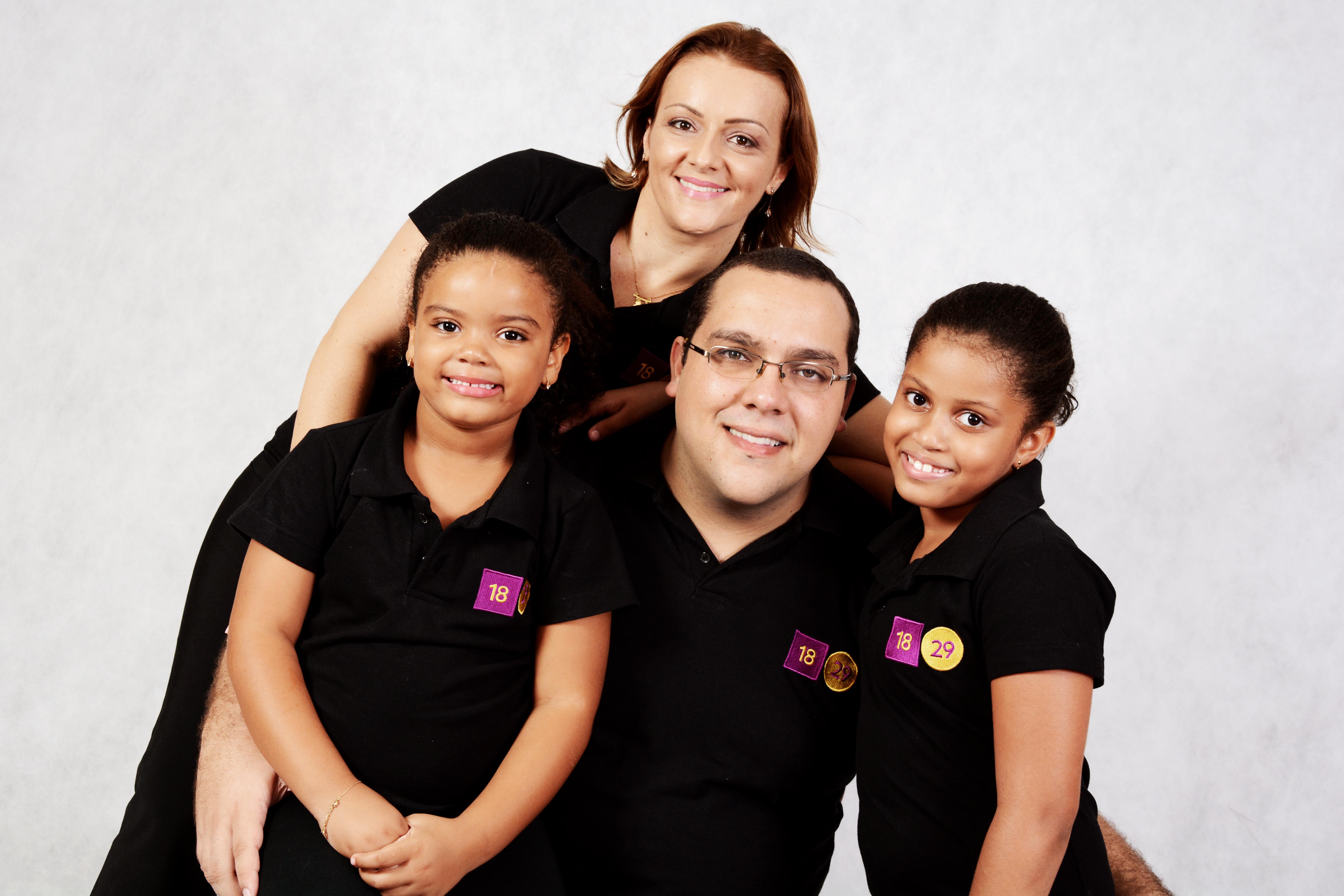 mãe adotiva, pai e crianças adotadas